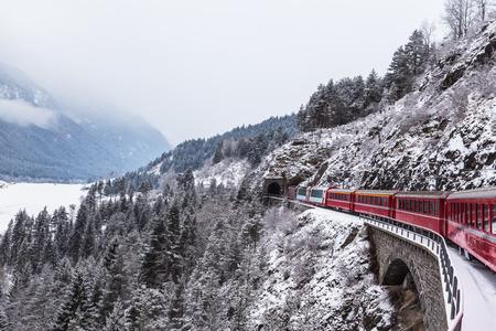 tren: Tren tur�stico famoso en Suiza, el Glacier Express en invierno Foto de archivo