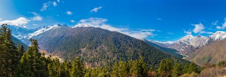 panorama view: Vista panoramica del parco nazionale Huanglong nel Sichuan, la provincia, la Cina