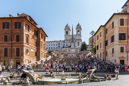 spagna: Rome, Italy - July 15, 2013 - Lots of tourists on Piazza di Spagna at the bottom of the Spanish steps in Rome, Italy Editorial