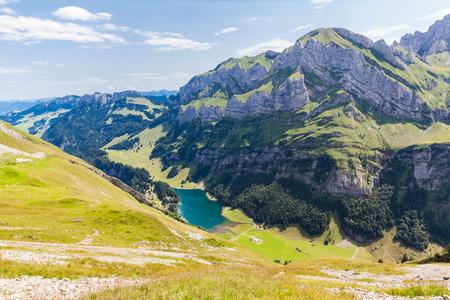 panorama view: Vista panoramica della Seealpsee (lago) e massiccio dell'Alpstein in Svizzera Archivio Fotografico