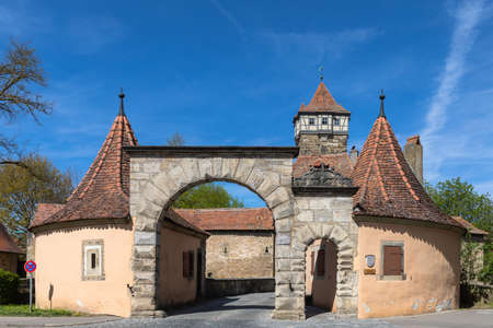 View of the Roeder Gate (Roedertor) and Gate Tower (Roedertorturm) , the east entrance to the medieval old town of Rothenburg ob der Tauber, Bavaria, Germany