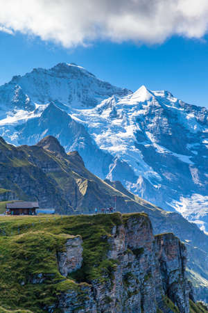 Stunning view of the Jungfrau and mountain range of Bernese alps from Mannlichen cablecar station, Switzerland. Standard-Bild
