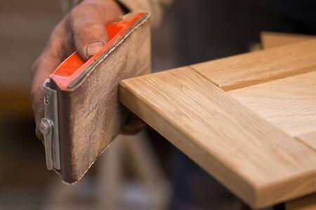 Fabricación manual de muebles a partir de un árbol natural en un taller.