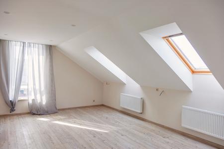Una finestra in soffitta. Mattina soleggiata. Luce alla finestra.