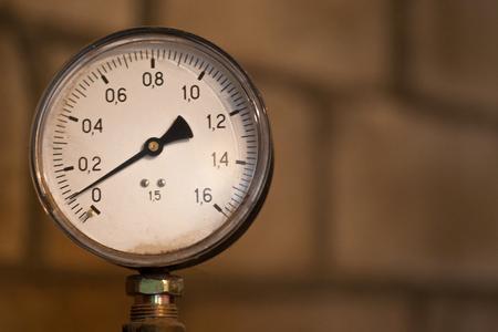 Antiguo instrumento de medición, presión, manómetro, primer plano. Foto de archivo