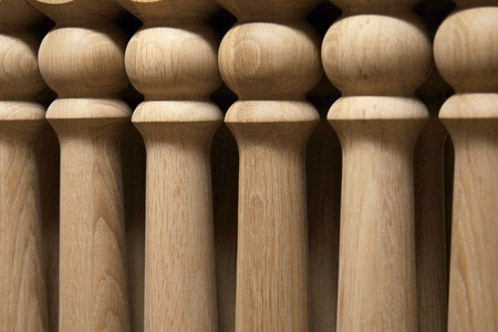 Elements of wooden stairs. Oak balusters. Production of wooden stairs. Close-up. Archivio Fotografico