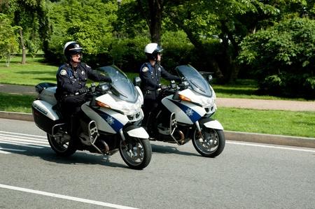 ワシントン、アメリカ合衆国-16 2009:Two の警察官がオートバイに乗ることがあります