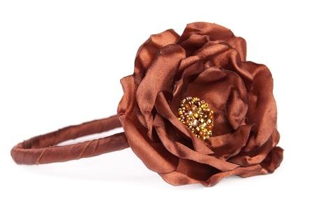 白で隔離される茶色の人工の花とヘッドバンド