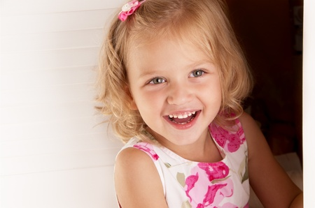 小さな金髪の少女ドアのクローズ アップの外を見る