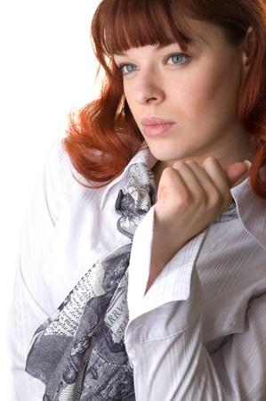 ブラウスとスカーフのクローズ アップを着て赤髪の女性