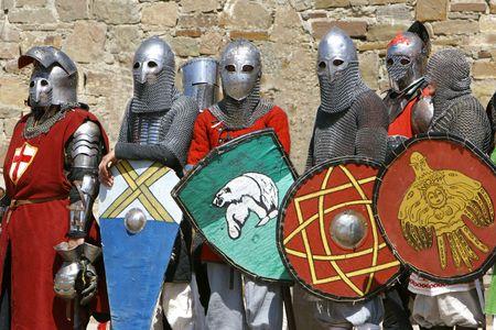 cavaliere medievale: diversi cavalieri a muro in pietra di sfondo