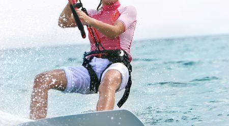 kitesurfen: jong meisje op kiteboard