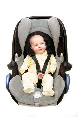 car seat: bambino nel seggiolino per auto su bianco