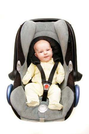 cinturon seguridad: beb� en el asiento del coche en blanco