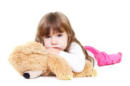 wees: triest meisje met teddy beer over Wit Stockfoto