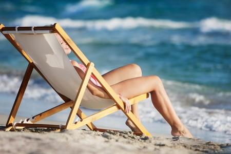niña relajante en playa  Foto de archivo