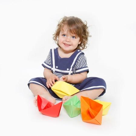 niño lindo chica jugando con barcos de papel  Foto de archivo - 7791457