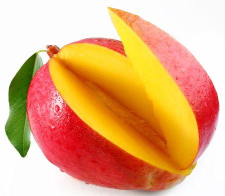mango fruta: Mango con l�bulos sobre fondo blanco Foto de archivo