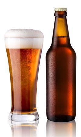vasos de cerveza: vidrio y una botella de cerveza