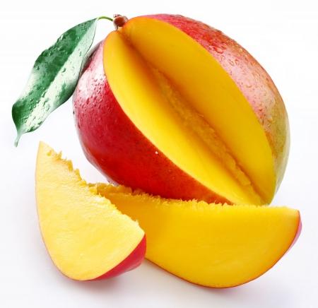 mango: Mango mit L�ppchen auf wei�em Hintergrund