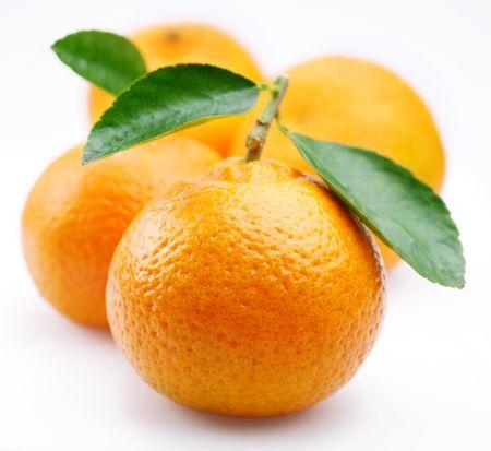 Tangerines met bladeren op een witte achtergrond  Stockfoto