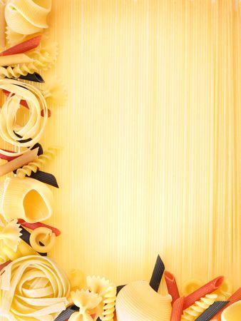 italienisches essen: Makkaroni auf eine Spagetties-backgroung
