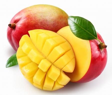 mango fruta: Mango con secci�n sobre un fondo blanco