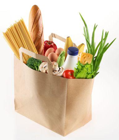 bolsa supermercado: Bolsa de papel con la comida sobre un fondo blanco