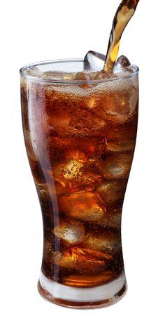 carbonation: Vaciado de la cola en el vaso con hielo