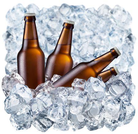 botellas de cerveza: Botellas de cerveza sobre hielo