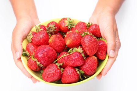 瀬戸物: 女性の手でイチゴを食器。白い背景で隔離されました。