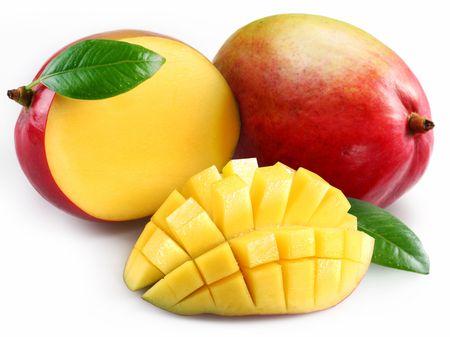 mango: Mango mit Abschnitt auf wei�em Hintergrund