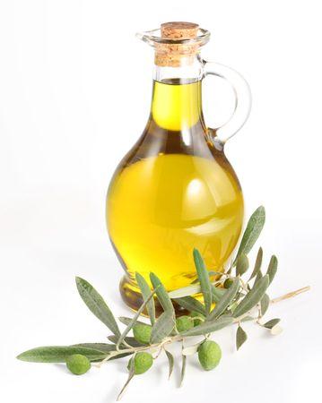 olive leaf: Rama con aceitunas y una botella de aceite de oliva aislado en blanco