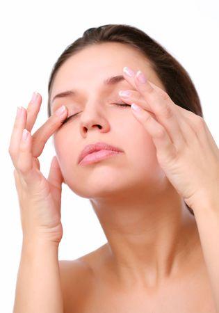 ojos cerrados: Mujer joven empuja con los dedos en los ojos cerrados. Aislado en blanco.