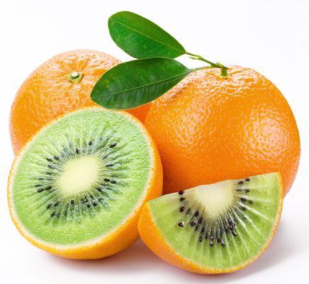 genetica: Kiwi carne tagliata arancione maturi. Prodotto di ingegneria genetica. Assemblaggio di computer.