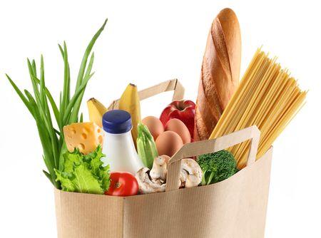 bolsa supermercado: Bolsa de papel con la comida sobre un fondo blanco.