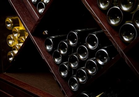 cave: Aper�u de la cave � vin. Les bouteilles sur les tablettes en bois.