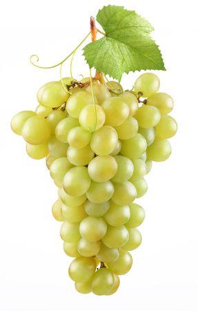 白色背景上的一串成熟的葡萄