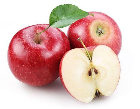 pomme rouge: Deux pomme rouge et la moiti� des pommes rouges, isol� sur un fond blanc.