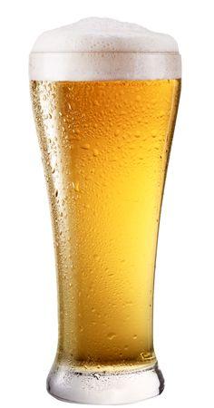 alcool: Frosty verre de bi�re l�g�re isol�e sur un fond blanc. Fichier contient un chemin � couper.