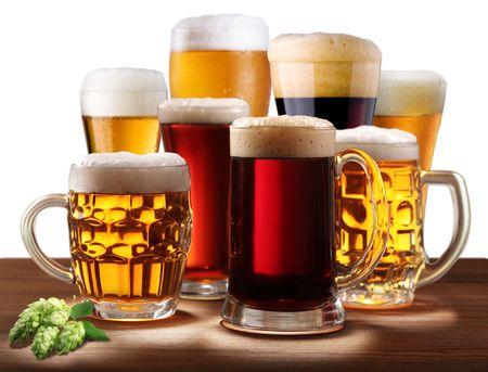 beer glasses: Bodeg�n con vasos de cerveza. Sobre un fondo blanco.
