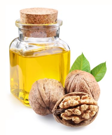 Notelaar olie en noten op witte achtergrond.