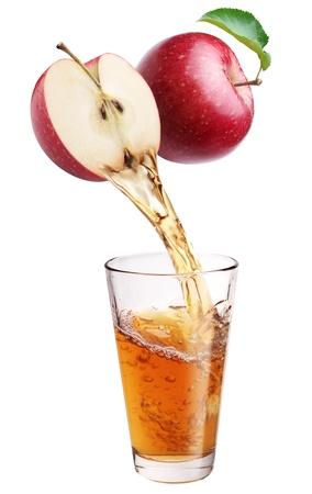 vaso de jugo: Zumo de manzana fresca que se derivan de la pieza de manzana en el vaso. Aislado en un fondo blanco.
