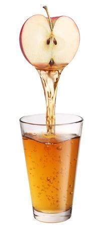verre de jus: Jus de pomme coule dans le verre.
