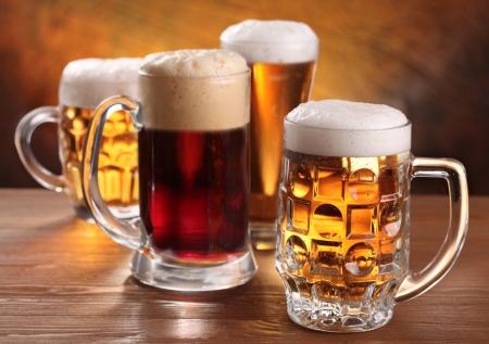 cerveza: Jarras de cerveza fr�a sobre la mesa de madera. Foto de archivo