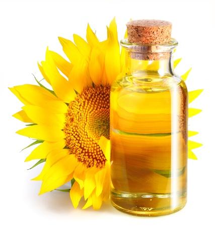Fles van zonnebloem olie met bloem op een witte achtergrond.