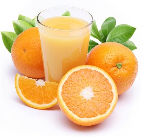 jugos: Plena vaso de zumo de naranja y frutas cerca de �l. Aislados en un blanco. Foto de archivo