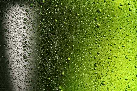 vasos de cerveza: Gotas de agua de textura en la botella de cerveza.