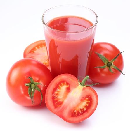 jugo de tomate: Jugo de tomate fresco y tomates maduros con rondas de vidrio. Aislado en un fondo blanco. Foto de archivo