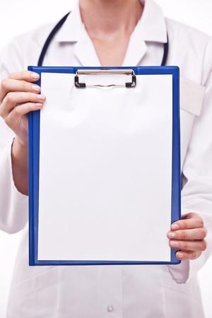 portapapeles: Doctor sostiene Portapapeles con hoja de vac�o. Aislados en un blanco.